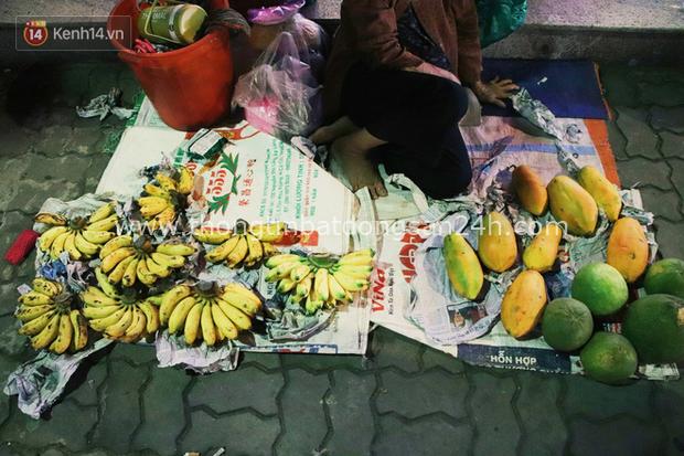 Cụ bà 90 tuổi bán trái cây trước cổng Vincom và câu chuyện ấm lòng của người Sài Gòn: Mua chẳng cần lựa, gặp cụ là dúi tiền cho thêm - Ảnh 1.