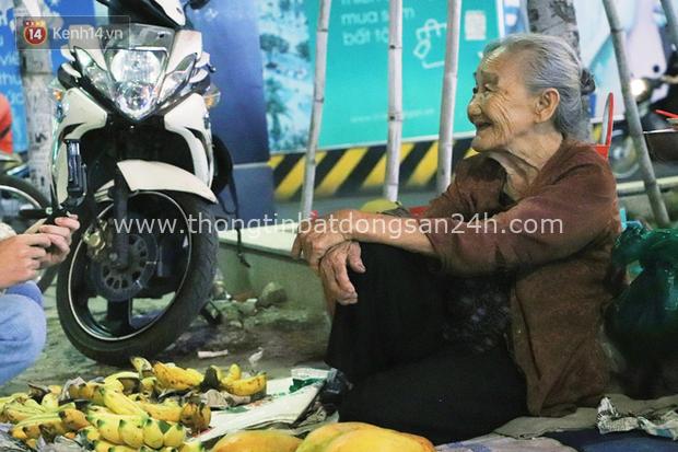 Cụ bà 90 tuổi bán trái cây trước cổng Vincom và câu chuyện ấm lòng của người Sài Gòn: Mua chẳng cần lựa, gặp cụ là dúi tiền cho thêm - Ảnh 4.