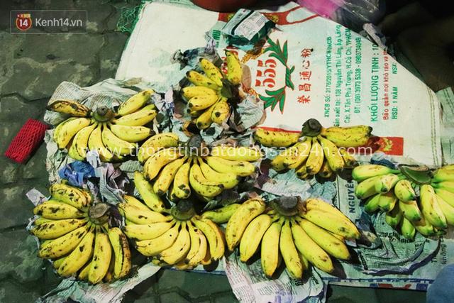 Cụ bà 90 tuổi bán trái cây trước cổng Vincom và câu chuyện ấm lòng của người Sài Gòn: Mua chẳng cần lựa, gặp cụ là dúi tiền cho thêm - Ảnh 5.