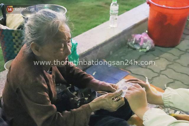 Cụ bà 90 tuổi bán trái cây trước cổng Vincom và câu chuyện ấm lòng của người Sài Gòn: Mua chẳng cần lựa, gặp cụ là dúi tiền cho thêm - Ảnh 8.