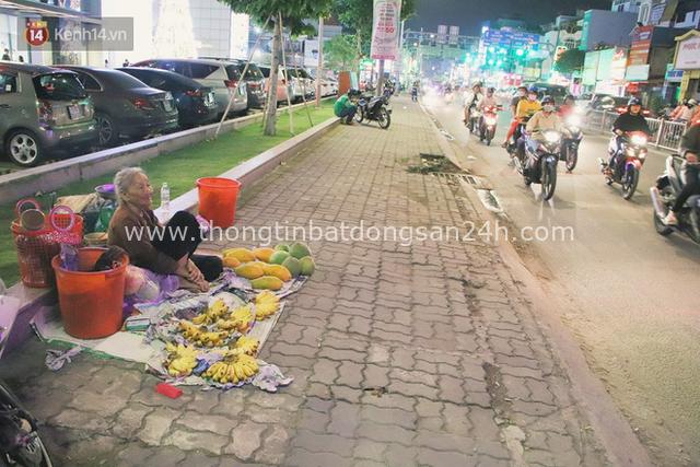 Cụ bà 90 tuổi bán trái cây trước cổng Vincom và câu chuyện ấm lòng của người Sài Gòn: Mua chẳng cần lựa, gặp cụ là dúi tiền cho thêm - Ảnh 9.