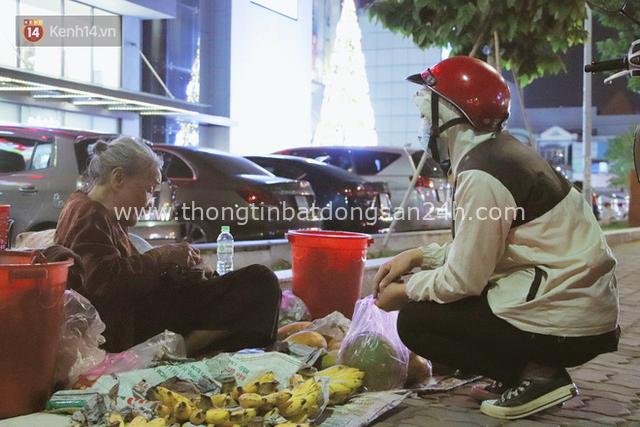 Cụ bà 90 tuổi bán trái cây trước cổng Vincom và câu chuyện ấm lòng của người Sài Gòn: Mua chẳng cần lựa, gặp cụ là dúi tiền cho thêm - Ảnh 10.