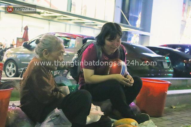 Cụ bà 90 tuổi bán trái cây trước cổng Vincom và câu chuyện ấm lòng của người Sài Gòn: Mua chẳng cần lựa, gặp cụ là dúi tiền cho thêm - Ảnh 12.