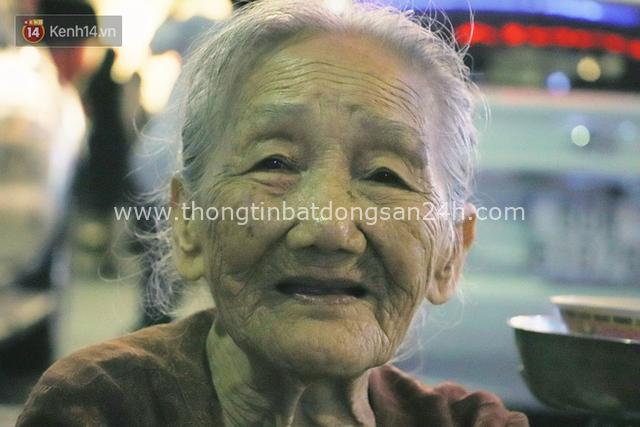 Cụ bà 90 tuổi bán trái cây trước cổng Vincom và câu chuyện ấm lòng của người Sài Gòn: Mua chẳng cần lựa, gặp cụ là dúi tiền cho thêm - Ảnh 13.