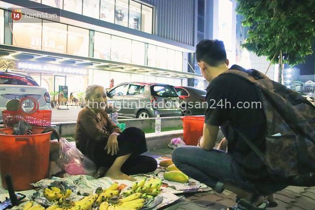 Cụ bà 90 tuổi bán trái cây trước cổng Vincom và câu chuyện ấm lòng của người Sài Gòn: Mua chẳng cần lựa, gặp cụ là dúi tiền cho thêm - Ảnh 14.