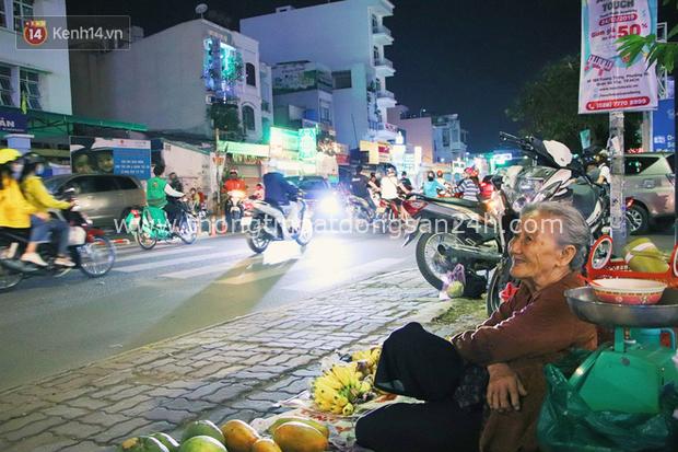 Cụ bà 90 tuổi bán trái cây trước cổng Vincom và câu chuyện ấm lòng của người Sài Gòn: Mua chẳng cần lựa, gặp cụ là dúi tiền cho thêm - Ảnh 17.
