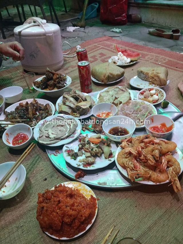 Đang dạo bước trên đường phố Hà Nội mùng 3 Tết, một anh Tây được gia đình Việt mời hẳn chầu ăn cực hoành tráng trên vỉa hè - Ảnh 2.