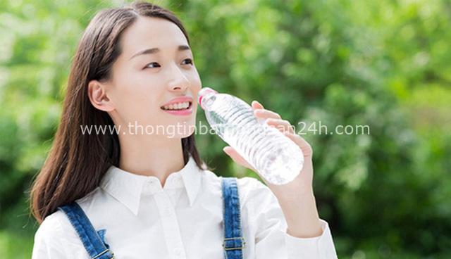 Ngày Tết ăn nhiều nhưng uống ít nước dễ gây hại cho sức khỏe: Chuyên ra chỉ rõ 8 lý do để uống 8 ly nước mỗi ngày, đọc ngay để bảo vệ sức khỏe - Ảnh 1.