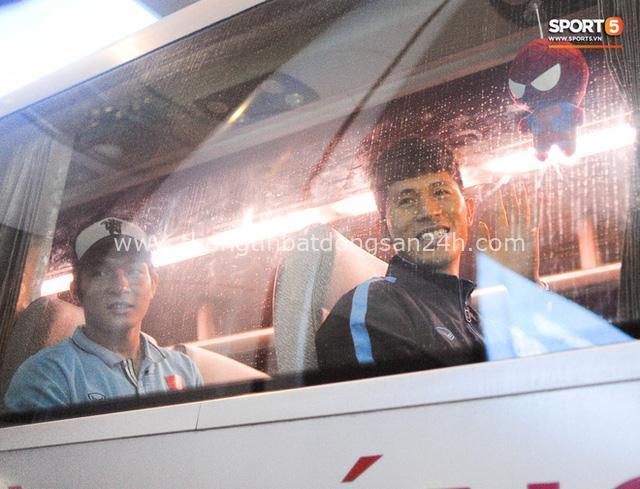Người hâm mộ ngồi xe lăn tới Nội Bài đón Bùi Tiến Dũng trong ngày trở về - Ảnh 5.
