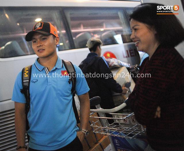Người hâm mộ ngồi xe lăn tới Nội Bài đón Bùi Tiến Dũng trong ngày trở về - Ảnh 8.
