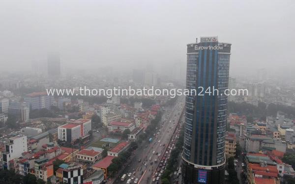 """Thời tiết mịt mù, người Hà Nội lách qua từng con phố để """"về nhà ăn Tết"""" 1"""
