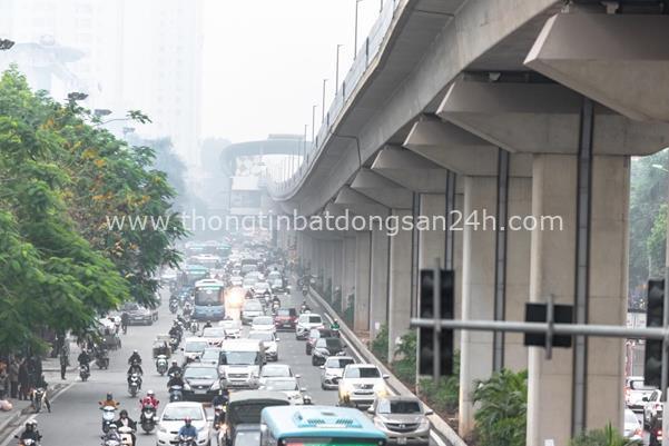 Thời tiết mịt mù, người Hà Nội lách qua từng con phố để về nhà ăn Tết - Ảnh 1.