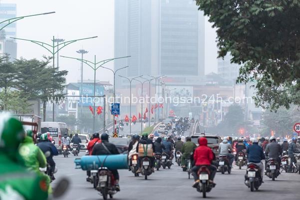 Thời tiết mịt mù, người Hà Nội lách qua từng con phố để về nhà ăn Tết - Ảnh 2.