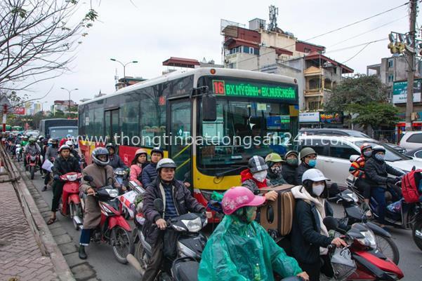 Thời tiết mịt mù, người Hà Nội lách qua từng con phố để về nhà ăn Tết - Ảnh 5.