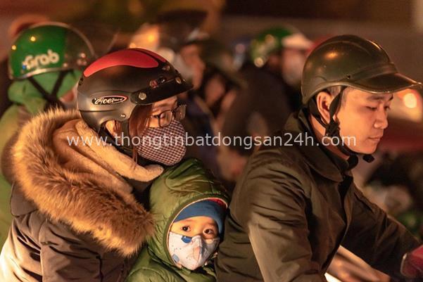 Thời tiết mịt mù, người Hà Nội lách qua từng con phố để về nhà ăn Tết - Ảnh 6.