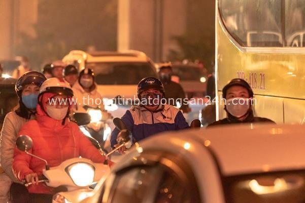 Thời tiết mịt mù, người Hà Nội lách qua từng con phố để về nhà ăn Tết - Ảnh 7.