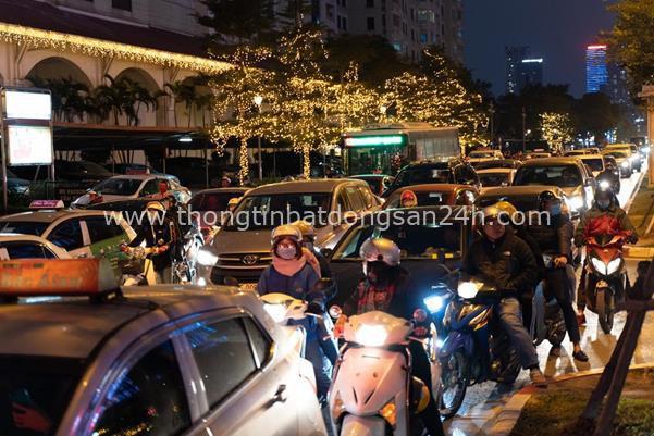 Thời tiết mịt mù, người Hà Nội lách qua từng con phố để về nhà ăn Tết - Ảnh 8.
