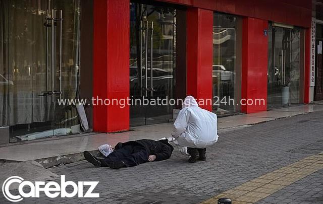 Ám ảnh cảnh tượng thi thể người đàn ông đeo khẩu trang nằm trơ trọi trên vỉa hè ở Vũ Hán, người qua đường chỉ làm ngơ vì sợ! - Ảnh 1.
