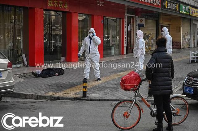 Ám ảnh cảnh tượng thi thể người đàn ông đeo khẩu trang nằm trơ trọi trên vỉa hè ở Vũ Hán, người qua đường chỉ làm ngơ vì sợ! - Ảnh 2.
