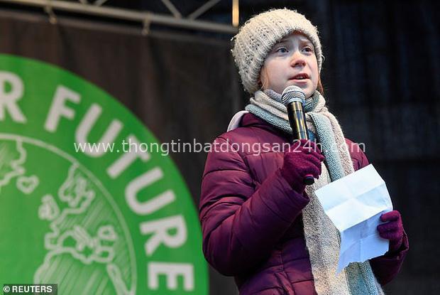 Greta Thunberg kéo hàng chục ngàn học sinh bỏ học, tụ tập biểu tình giữa bối cảnh dịch bệnh Covid-19 đang lan rộng trên khắp Châu Âu - Ảnh 1.