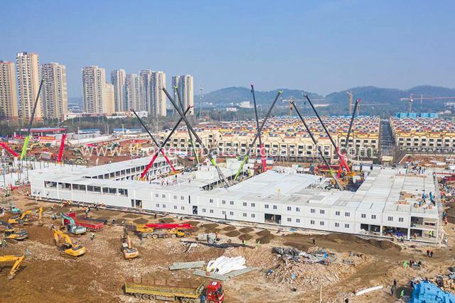 Hình ảnh mới nhất về hai bệnh viện dã chiến sắp hoàn tất ở Vũ Hán: Thời gian là mạng sống. Chúng tôi đang chạy đua với cái chết! - Ảnh 1.