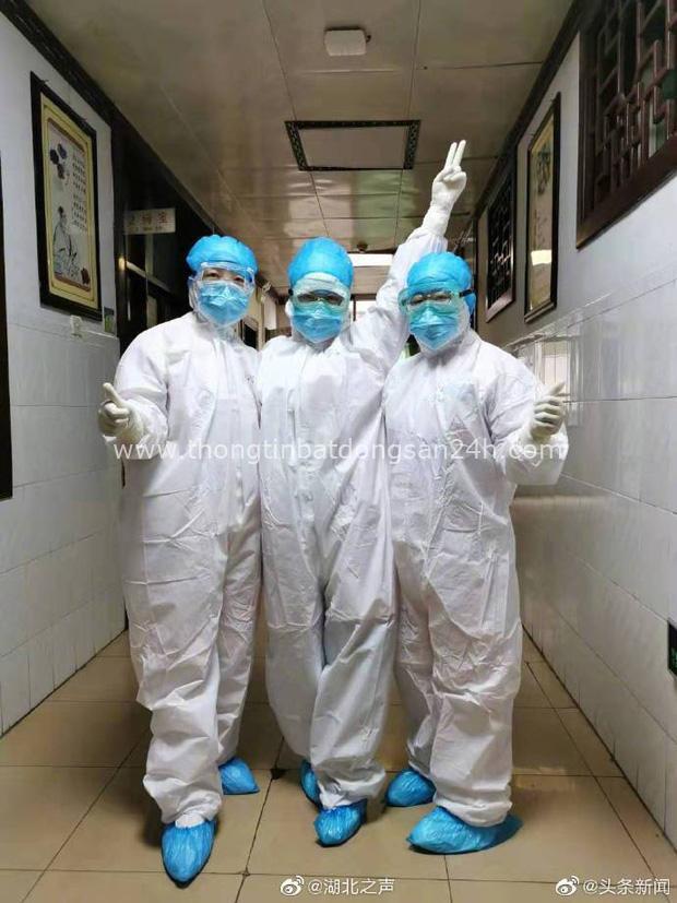 Những người mẹ đẹp nhất: 7 nữ y tá Vũ Hán cùng uống thuốc cai sữa để tập trung chiến đấu với virus corona - Ảnh 2.