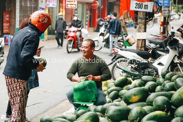 Sống đẹp như người Hà Nội: Dù đang căng thẳng dịch Corona nhưng vẫn đeo khẩu trang đi giải cứu dưa hấu của nông dân vì dịch bệnh mà không được xuất khẩu - Ảnh 3.