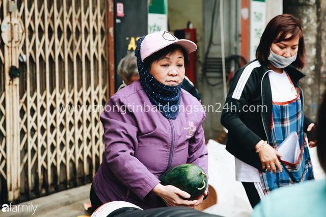 Sống đẹp như người Hà Nội: Dù đang căng thẳng dịch Corona nhưng vẫn đeo khẩu trang đi giải cứu dưa hấu của nông dân vì dịch bệnh mà không được xuất khẩu - Ảnh 10.