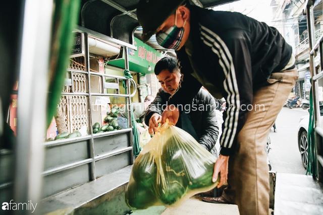 Sống đẹp như người Hà Nội: Dù đang căng thẳng dịch Corona nhưng vẫn đeo khẩu trang đi giải cứu dưa hấu của nông dân vì dịch bệnh mà không được xuất khẩu - Ảnh 11.