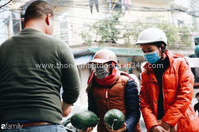 Sống đẹp như người Hà Nội: Dù đang căng thẳng dịch Corona nhưng vẫn đeo khẩu trang đi giải cứu dưa hấu của nông dân vì dịch bệnh mà không được xuất khẩu - Ảnh 15.