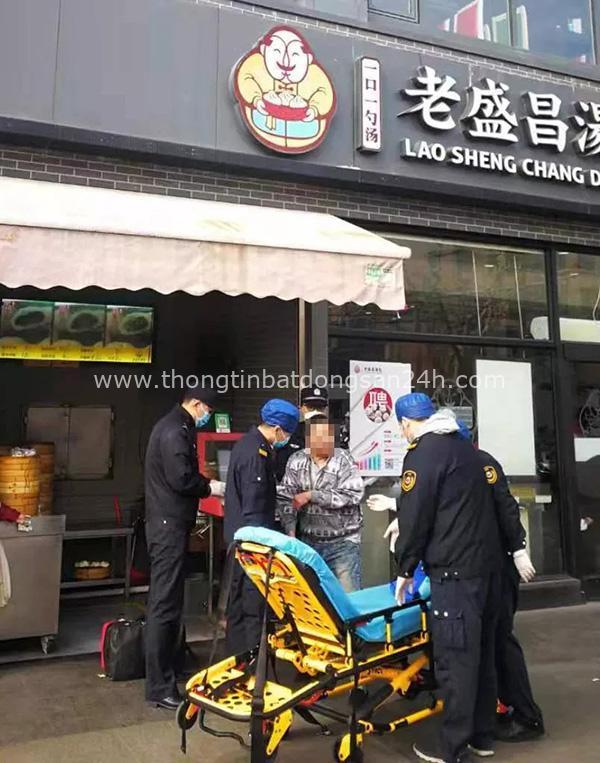 Sự thật về hình ảnh một người đàn ông nghi nhiễm virus corona gục ngã trước cửa nhà hàng há cảo ở Thượng Hải - Ảnh 2.