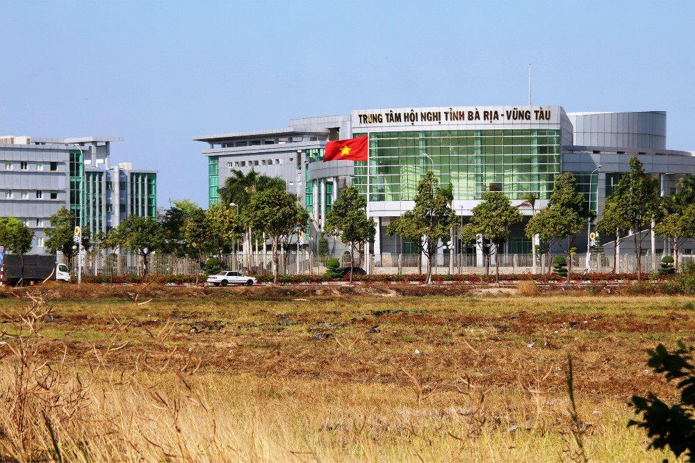 Trung tâm Hội nghị tỉnh Bà Rịa Vũng Tàu nhìn từ cánh đồng lúa vừa qua thu hoạch - Vũng Tàu