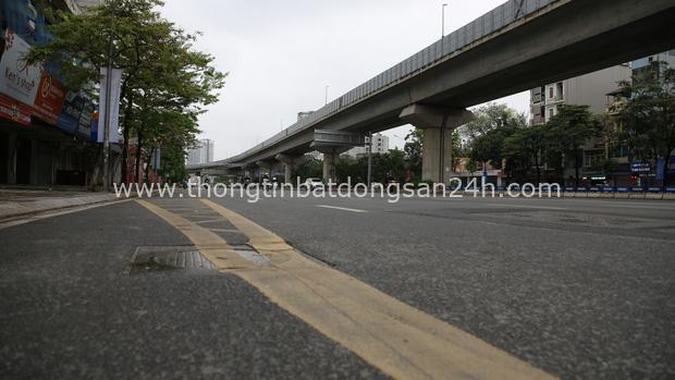Ảnh: Cảnh tượng khác lạ tại những điểm đen ùn tắc giao thông của Hà Nội giữa mùa dịch Covid-19 - Ảnh 2.
