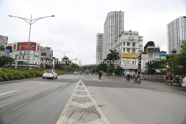 Ảnh: Cảnh tượng khác lạ tại những điểm đen ùn tắc giao thông của Hà Nội giữa mùa dịch Covid-19 - Ảnh 4.