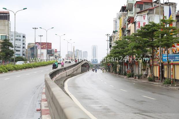Ảnh: Cảnh tượng khác lạ tại những điểm đen ùn tắc giao thông của Hà Nội giữa mùa dịch Covid-19 - Ảnh 10.