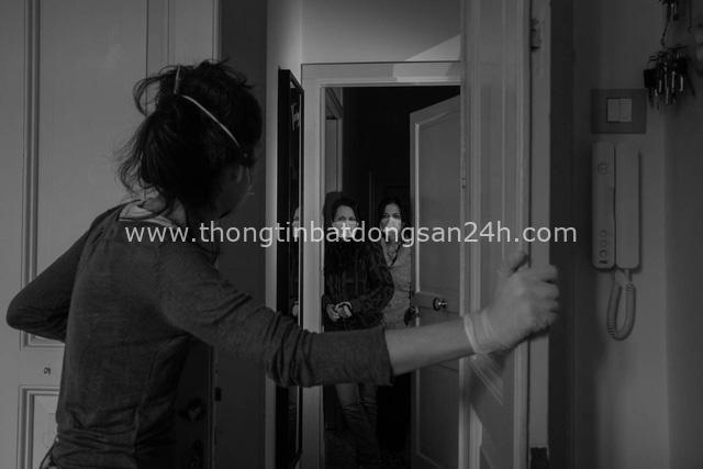 Bộ ảnh đen trắng gây ám ảnh về những ngày sống chung với Covid-19 của nhiếp ảnh gia nổi tiếng người Ý - Ảnh 5.