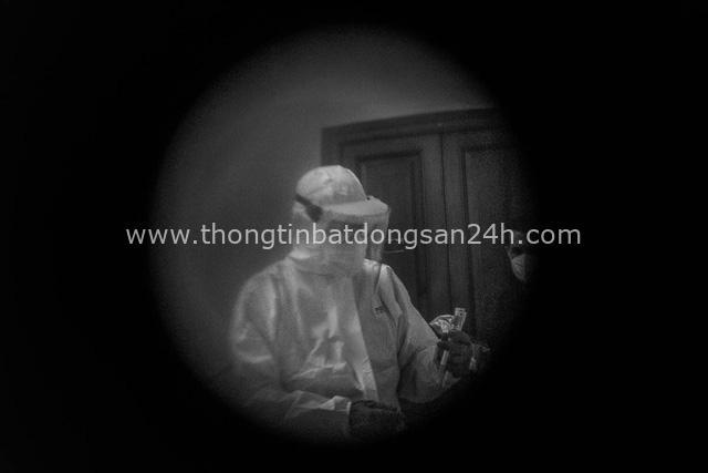 Bộ ảnh đen trắng gây ám ảnh về những ngày sống chung với Covid-19 của nhiếp ảnh gia nổi tiếng người Ý - Ảnh 6.