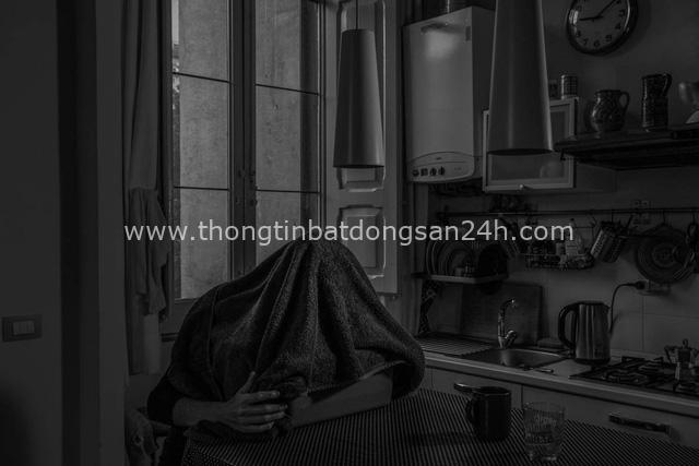 Bộ ảnh đen trắng gây ám ảnh về những ngày sống chung với Covid-19 của nhiếp ảnh gia nổi tiếng người Ý - Ảnh 7.