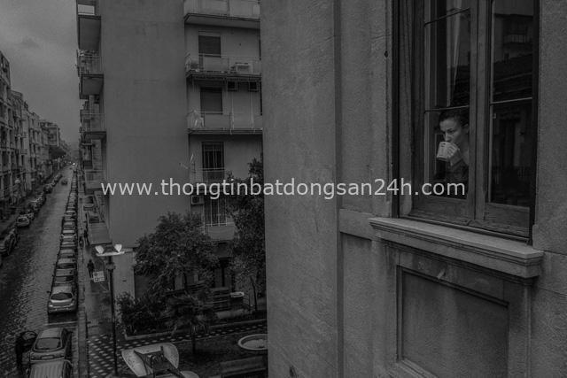 Bộ ảnh đen trắng gây ám ảnh về những ngày sống chung với Covid-19 của nhiếp ảnh gia nổi tiếng người Ý - Ảnh 11.