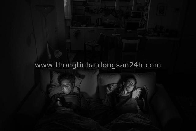 Bộ ảnh đen trắng gây ám ảnh về những ngày sống chung với Covid-19 của nhiếp ảnh gia nổi tiếng người Ý - Ảnh 12.
