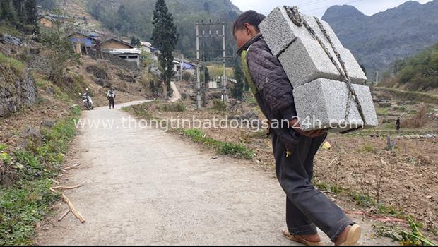 Cậu bé Hà Giang 12 tuổi cõng gạch cay kiếm 18.000 đồng/ngày được hỗ trợ hơn 40 triệu đồng - Ảnh 1.