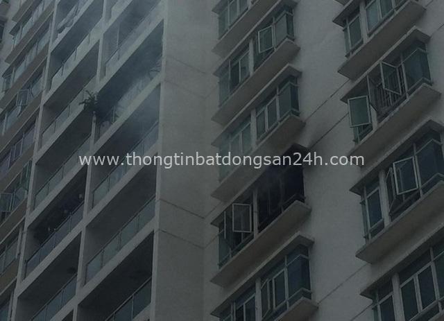 Cháy chung cư cao cấp ở Sài Gòn, dân đeo mặt nạ tháo chạy tán loạn - Ảnh 1.