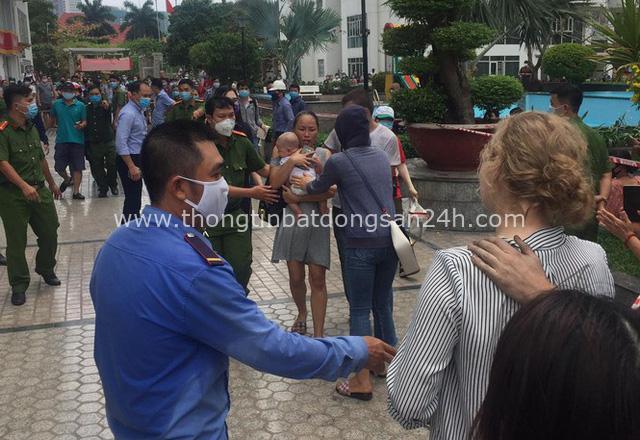Cháy chung cư cao cấp ở Sài Gòn, dân đeo mặt nạ tháo chạy tán loạn - Ảnh 3.