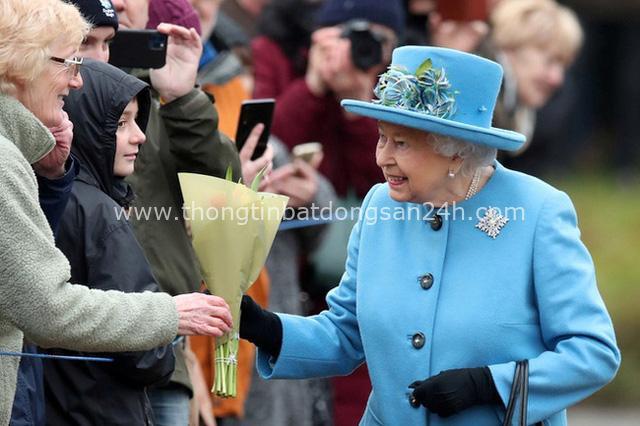 Cú sốc của Nữ hoàng Anh: Đúng vào dịp sinh nhật của bà, vợ chồng Meghan Markle đã có hành động gây choáng váng, xem thường tất cả - Ảnh 1.