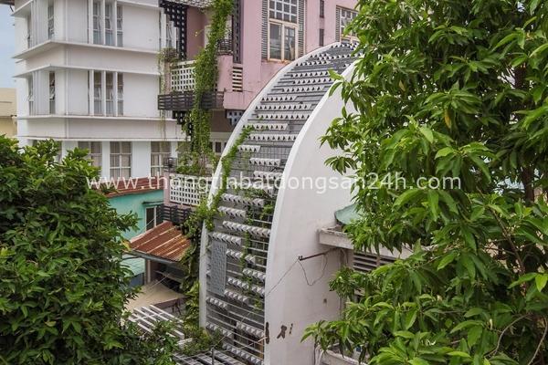 Nhà ở Sài Gòn làm liên tưởng đến quả sầu riêng 'vỏ' xù xì, 'ruột' hấp dẫn 8