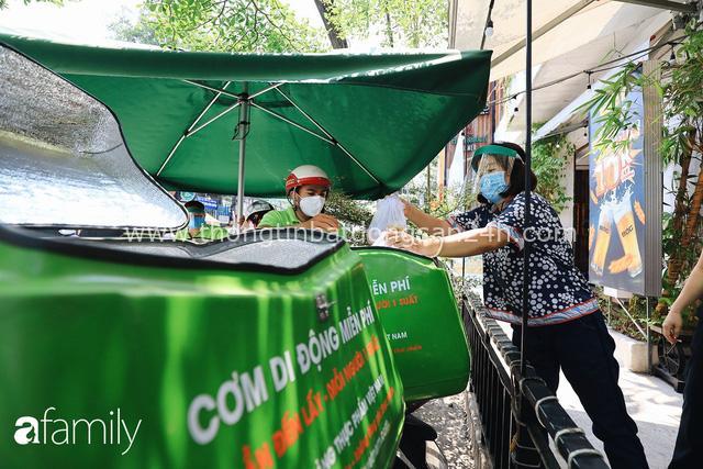 Xúc động với khoảnh khắc cụ ông rơi nước mắt khi nhận phần cơm miễn phí từ ca sĩ Sỹ Luân và hàng cơm di động đầu tiên tại Sài Gòn - Ảnh 1.