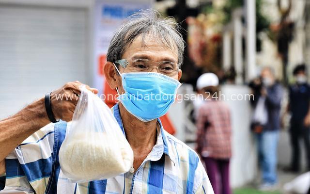 Xúc động với khoảnh khắc cụ ông rơi nước mắt khi nhận phần cơm miễn phí từ ca sĩ Sỹ Luân và hàng cơm di động đầu tiên tại Sài Gòn - Ảnh 2.
