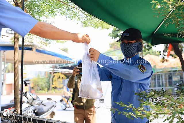 Xúc động với khoảnh khắc cụ ông rơi nước mắt khi nhận phần cơm miễn phí từ ca sĩ Sỹ Luân và hàng cơm di động đầu tiên tại Sài Gòn - Ảnh 16.