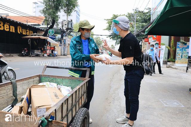Xúc động với khoảnh khắc cụ ông rơi nước mắt khi nhận phần cơm miễn phí từ ca sĩ Sỹ Luân và hàng cơm di động đầu tiên tại Sài Gòn - Ảnh 20.