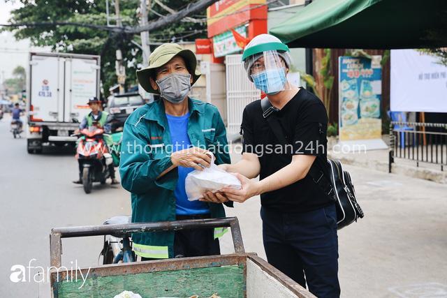 Xúc động với khoảnh khắc cụ ông rơi nước mắt khi nhận phần cơm miễn phí từ ca sĩ Sỹ Luân và hàng cơm di động đầu tiên tại Sài Gòn - Ảnh 21.